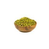 在白色背景隔绝的木碗的绿豆 免版税库存照片