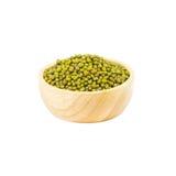 在白色背景隔绝的木碗的绿豆 免版税库存图片
