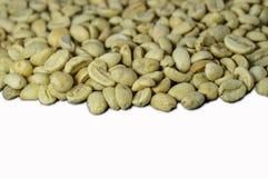 在白色背景隔绝的未经焙烧的咖啡豆 库存照片