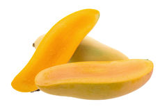在白色背景隔绝的束甜黄色芒果果子 免版税库存照片