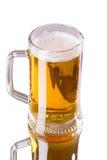 在白色背景隔绝的杯子新鲜的啤酒 免版税库存图片