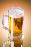 在白色背景隔绝的杯子新鲜的啤酒 库存照片
