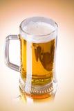 在白色背景隔绝的杯子新鲜的啤酒 免版税库存照片
