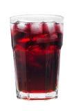 在白色背景隔绝的杯红色汁液和冰 库存照片