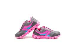 在白色背景隔绝的桃红色体育鞋子 免版税库存图片