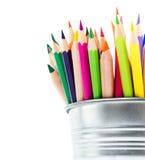 在白色背景隔绝的桶的五颜六色的铅笔,学校su 库存照片