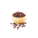 在白色背景隔绝的棕色木碗的红豆 免版税库存照片