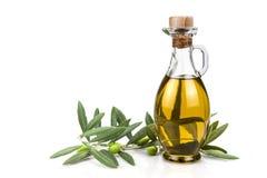 在白色背景隔绝的橄榄油瓶。 库存照片