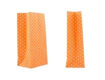 在白色背景隔绝的橙色纸袋 库存照片