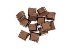 在白色背景隔绝的残破的黑巧克力块 免版税库存图片