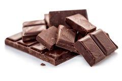 在白色背景隔绝的残破的黑暗的巧克力 免版税库存照片