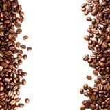 在白色背景隔绝的烤咖啡豆背景。克洛 免版税库存照片
