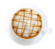 在白色背景隔绝的热的咖啡拿铁艺术焦糖macchiato顶视图,道路 免版税库存图片