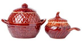 在白色背景隔绝的烹调的光滑的陶瓷罐 库存照片