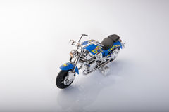 在白色背景隔绝的玩具摩托车 库存图片