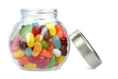 在白色背景隔绝的瓶子的五颜六色的软心豆粒糖 免版税图库摄影