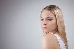 在白色背景隔绝的白肤金发的少年女孩的秀丽面孔 免版税图库摄影