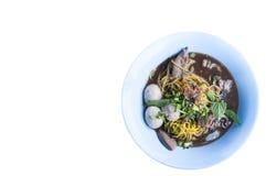 在白色背景隔绝的碗的亚洲汤面 免版税库存图片
