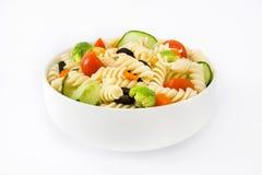 在白色背景隔绝的碗的健康意大利面制色拉 免版税库存图片