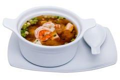 在白色背景隔绝的碗的虾汤 库存照片