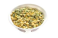 在白色背景隔绝的碗黄色和绿豆 免版税库存照片