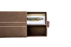 在白色背景隔绝的礼物盒的笔 免版税图库摄影