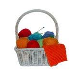 在白色背景隔绝的秸杆篮子的五颜六色的毛线球 库存图片