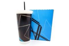 在白色背景隔绝的空的玉米花桶和纸杯 免版税库存图片