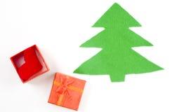 在白色背景隔绝的简单的毛毡圣诞树 打开有红色心脏的礼物盒 库存图片