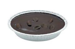 在白色背景隔绝的箱子的巧克力蛋糕 免版税库存照片