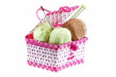 在白色背景隔绝的篮子的五颜六色的毛线球 免版税库存图片