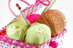 在白色背景隔绝的篮子的五颜六色的毛线球 库存图片