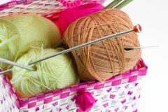 在白色背景隔绝的篮子的五颜六色的毛线球 免版税库存照片