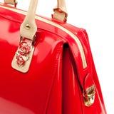 在白色背景隔绝的红色光滑的女性皮革提包 免版税图库摄影