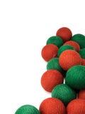 在白色背景隔绝的红色和绿色圣诞节球 免版税图库摄影