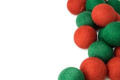 在白色背景隔绝的红色和绿色圣诞节球 免版税库存照片