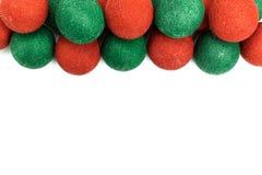 在白色背景隔绝的红色和绿色圣诞节球 免版税库存图片