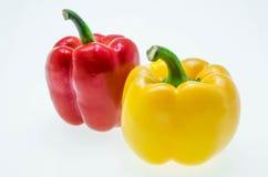 在白色背景隔绝的红色和黄色甜椒 免版税图库摄影
