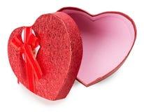 在白色背景隔绝的红色心形的礼物盒 免版税库存照片