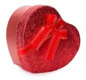 在白色背景隔绝的红色心形的礼物盒 免版税库存图片