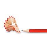 在白色背景隔绝的红色铅笔和刨花 免版税库存照片