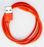 在白色背景隔绝的红色USB缆绳 库存图片