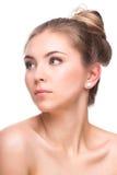 在白色背景隔绝的美丽的少妇 涉及她的表面 新鲜的干净的皮肤 免版税库存图片