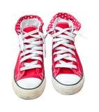 在白色背景隔绝的老红色运动鞋 免版税库存图片