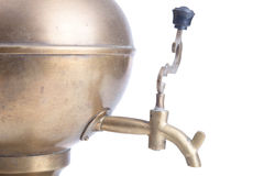 在白色背景隔绝的老黄铜俄国式茶炊 免版税库存照片