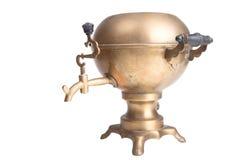 在白色背景隔绝的老黄铜俄国式茶炊 免版税库存图片