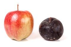 在白色背景隔绝的腐烂和好苹果 免版税库存图片