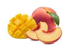 在白色背景隔绝的芒果桃子整个切片 免版税库存照片