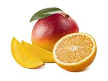 在白色背景隔绝的芒果整个切片橙色一半 库存照片