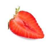 在白色背景隔绝的草莓的片断 与水多的纹理的新鲜的草莓 充分成份维生素 免版税图库摄影